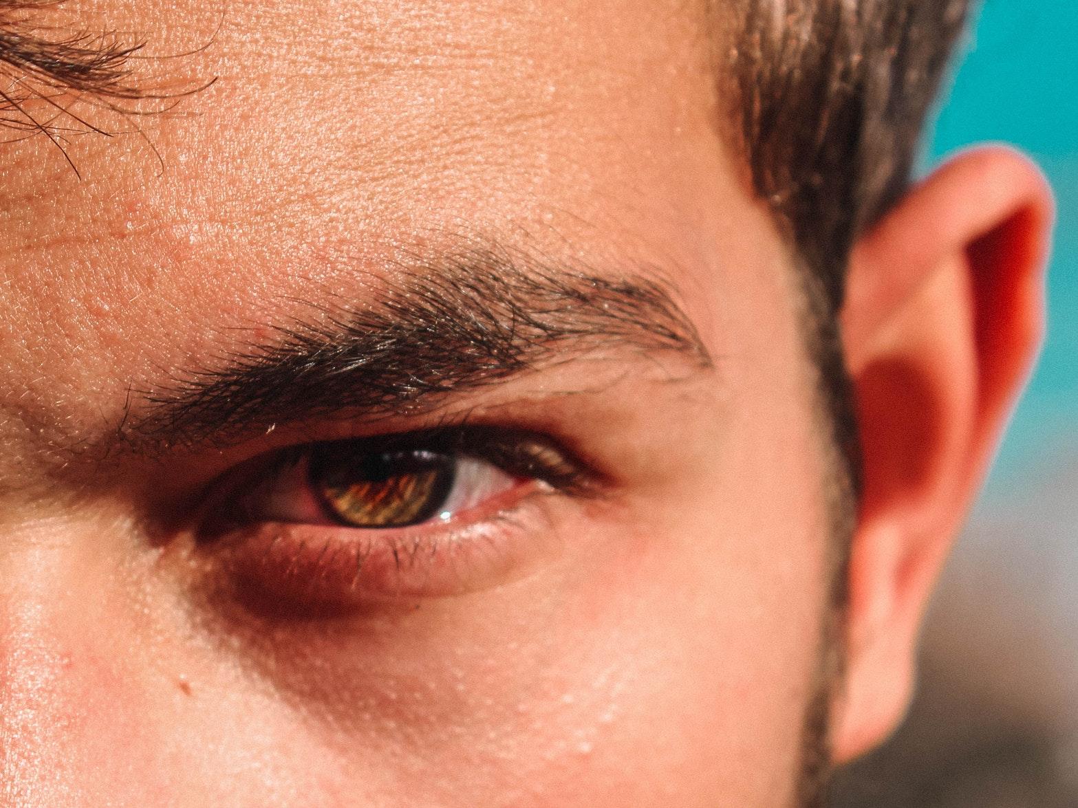 男の眉毛を整える手入れ道具アイブローセット
