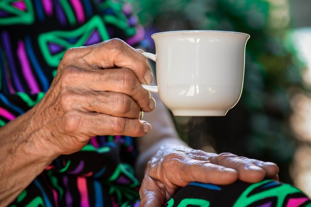 手の甲がシワシワしわが多い老け手の原因と改善方法